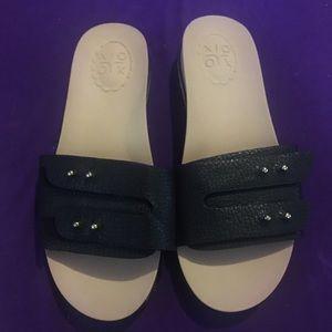 Beautiful XOXO cushion slide sandals